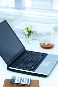 パソコンのあるビジネスデスクの写真素材 [FYI04884073]