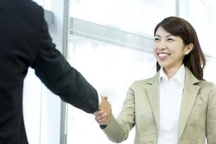握手をするビジネスウーマンの写真素材 [FYI04884099]