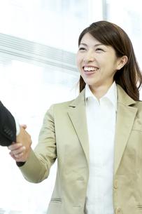 握手をするビジネスウーマンの写真素材 [FYI04884100]