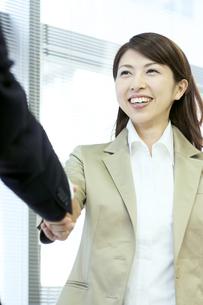 握手をするビジネスウーマンの写真素材 [FYI04884101]