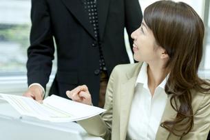 打ち合わせをするビジネス男女の写真素材 [FYI04884107]