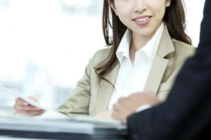 打ち合わせをするビジネス男女の写真素材 [FYI04884116]