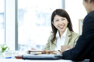 打ち合わせをするビジネス男女の写真素材 [FYI04884118]