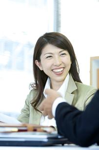 打ち合わせをするビジネス男女の写真素材 [FYI04884119]