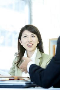 打ち合わせをするビジネス男女の写真素材 [FYI04884120]