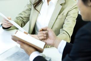 打ち合わせをするビジネス男女の写真素材 [FYI04884121]