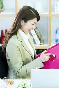 笑顔のビジネスウーマンの写真素材 [FYI04884137]