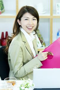 笑顔のビジネスウーマンの写真素材 [FYI04884140]