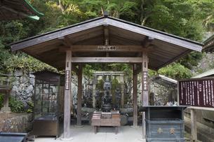 勝尾寺の水掛け観音堂の写真素材 [FYI04884272]