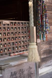 勝尾寺太子堂に並んだダルマと鈴緒の写真素材 [FYI04884274]