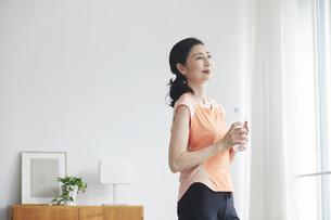 リビングで運動をする女性の写真素材 [FYI04884517]