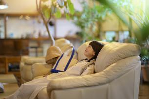 ソファで落ち着く若い女性の写真素材 [FYI04884552]