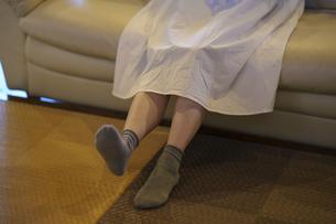 ソファで落ち着く若い女性の写真素材 [FYI04884559]