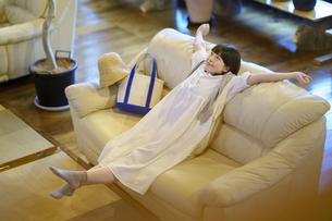ソファで落ち着く若い女性の写真素材 [FYI04884561]