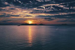 【香川県】空から見る夕方の瀬戸内海の自然風景 ドローン 空撮の写真素材 [FYI04884584]
