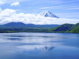 山梨県 新緑の本栖湖より富士山の写真素材 [FYI04884594]