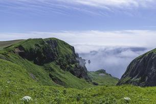 雲海から解かれた山の写真素材 [FYI04884613]