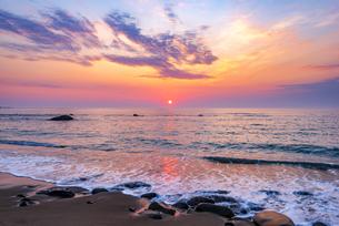 犬吠埼長崎海水浴場より 太平洋からのサンライズ 朝焼けに染まる海・朝焼けの空輝く雲の写真素材 [FYI04884632]