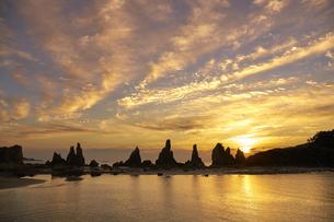 橋杭岩からの日の出の写真素材 [FYI04884678]