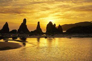 橋杭岩からの日の出の写真素材 [FYI04884679]
