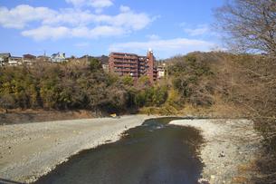 青梅市内を流れる多摩川の写真素材 [FYI04884927]
