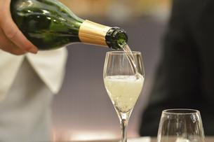 グラスに注ぐシャンパンの写真素材 [FYI04884948]