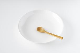 白いお皿・木のスプーンの写真素材 [FYI04885201]