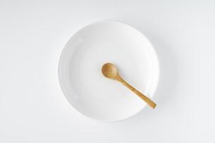 白いお皿・木のスプーンの写真素材 [FYI04885206]