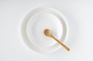 白いお皿・木のスプーンの写真素材 [FYI04885209]