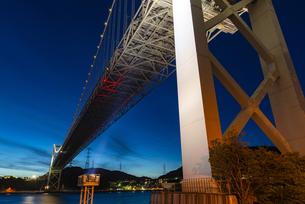 ライトアップされた関門橋の写真素材 [FYI04885211]