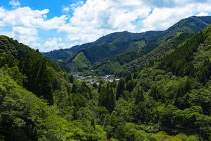 初夏の山村風景の写真素材 [FYI04885292]