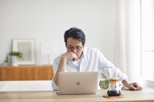 ノートパソコンを見る男性の写真素材 [FYI04885308]