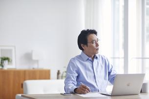 ノートパソコンを見ながら仕事をする男性の写真素材 [FYI04885323]