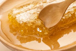 巣蜜と木製のスプーンの写真素材 [FYI04885355]