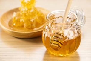 蜂蜜と巣蜜の写真素材 [FYI04885362]