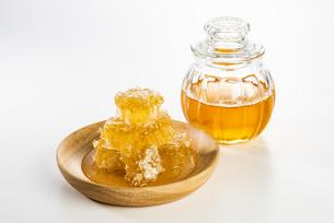 小瓶にはいった蜂蜜と蜜巣の写真素材 [FYI04885366]