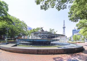 背景にMIRAI TOWERを見る久屋大通公園の噴水の写真素材 [FYI04885454]
