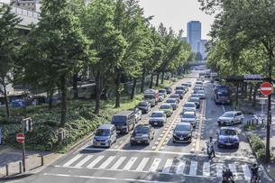 信号待ちの車が連なる若宮大通の写真素材 [FYI04885458]