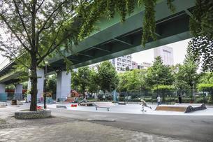 100m道路中央帯にある若宮大通公園内スケート広場の写真素材 [FYI04885469]