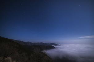 真夜中の雲海の写真素材 [FYI04885549]
