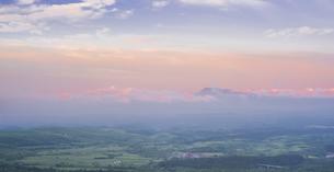 自然 風景 早朝の瀬の本高原,久住高原と阿蘇方面遠望 の写真素材 [FYI04885608]
