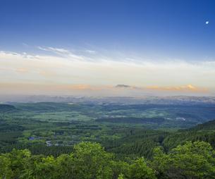 自然 風景 早朝の瀬の本高原,久住高原と阿蘇方面遠望 の写真素材 [FYI04885611]