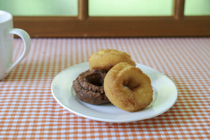 皿にのせたドーナツの写真素材 [FYI04885634]