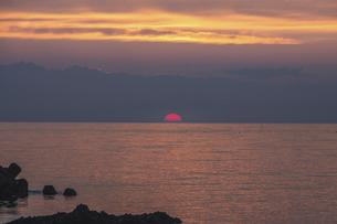 水平線から上ってくる朝日の写真素材 [FYI04885638]