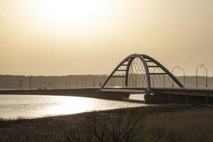 朝日のあたる温根沼大橋の写真素材 [FYI04885746]