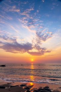 犬吠埼長崎海水浴場より 太平洋からのサンライズ 朝焼けに染まる海・朝焼けの空輝く雲の写真素材 [FYI04885766]