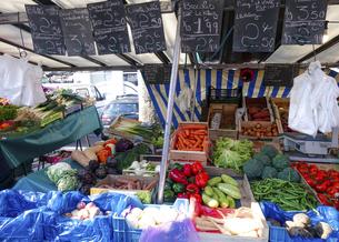 パリの朝市(新鮮な野菜)、バスティーユのマルシェ(Marché Bastille)の写真素材 [FYI04886025]