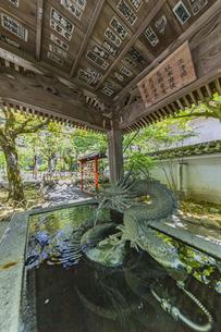 伊豆修禅寺 境内にある温泉の湧き出る水屋の写真素材 [FYI04886117]