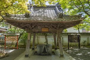 伊豆修禅寺 境内にある温泉の湧き出る水屋と絵馬掛けの写真素材 [FYI04886124]