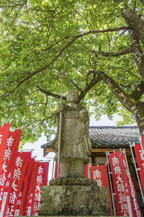 伊豆修禅寺 境内に点在する個性的な地蔵の写真素材 [FYI04886131]